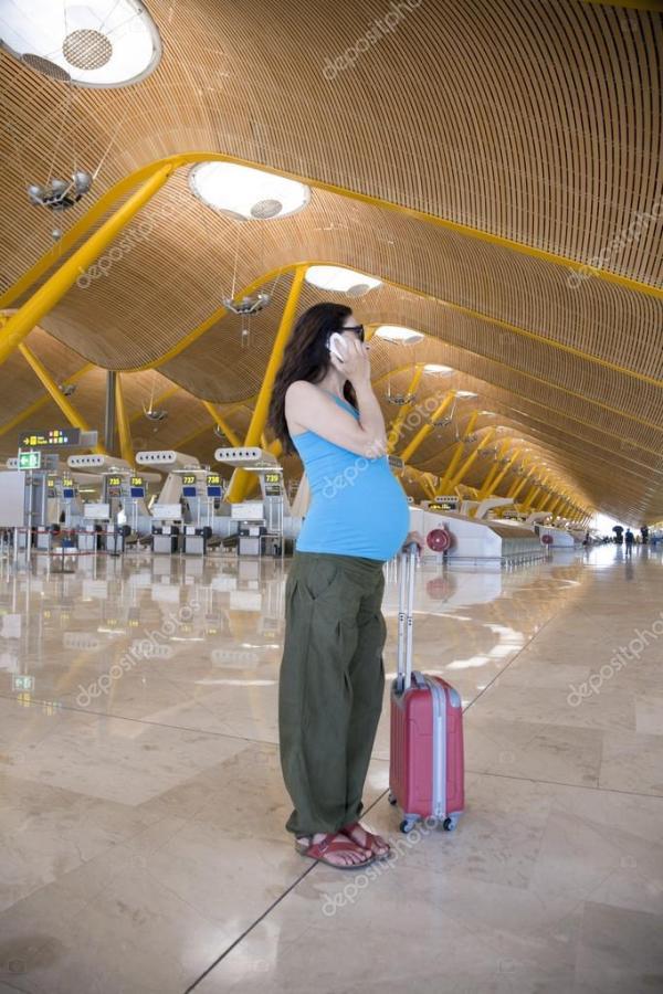 Беременный по телефону в аэропорту — Стоковое фото ...