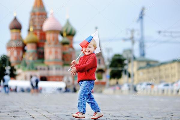 Малыш мальчик работает с флагом России — Стоковое фото ...