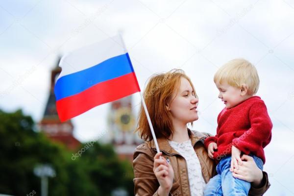 Флаг россии на фоне кремля. Молодая семья с флагом России ...