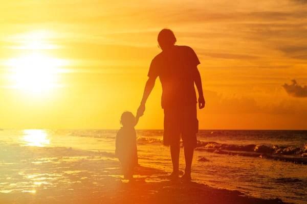 Картинки мама и дочка со спины Счастливая семья с