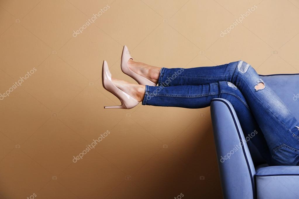 jambes de femme sur le canape avec des chaussures elegantes en salle image de belchonock