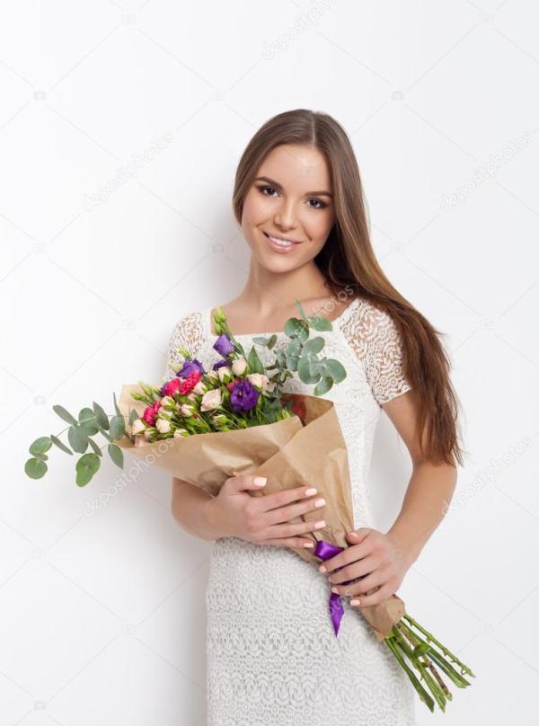 Muy hermosa chica sosteniendo ramo de flores Foto de
