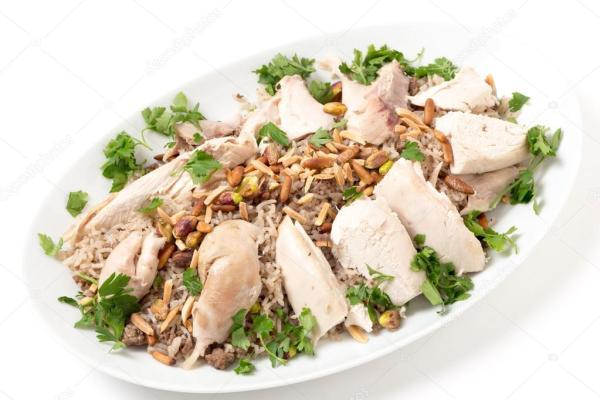 Ливанское блюдо из курицы и пряного риса с орехами и ...