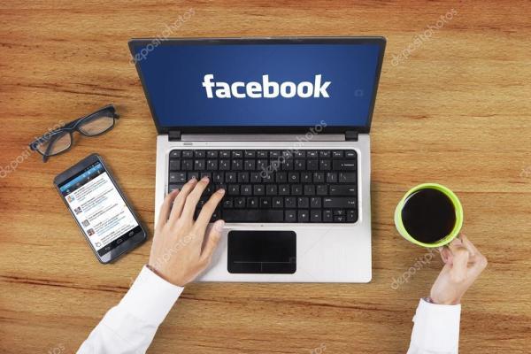 Facebook логотип на ноутбуці працівник руками – Стокове ...