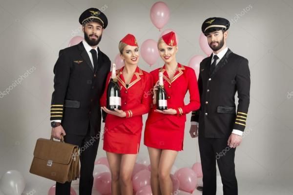 Счастливый группа пилотов и стюардесс — Стоковое фото ...