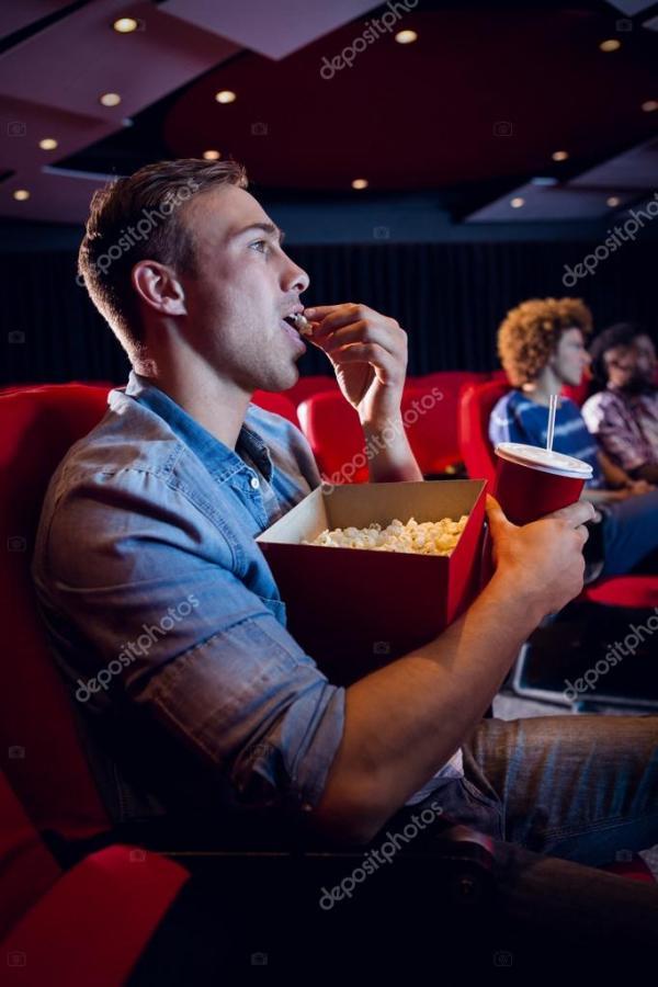 Люди смотрят фильм — Стоковое фото © Wavebreakmedia #73284901