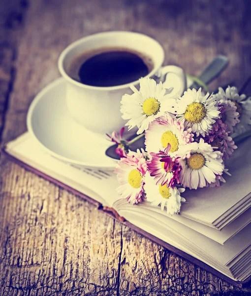 Una tazza di caffè caldo, fiori e libro. Sfondo romantico con effetto filtro retrò — Foto Stock #57767821