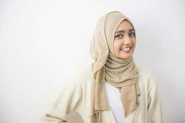 Мусульманка в шарфе на голове улыбается — Стоковое фото ...