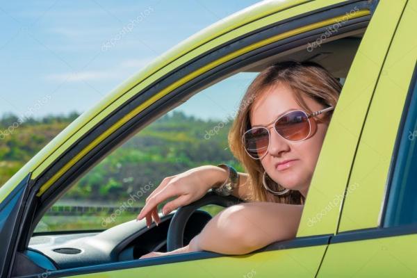 Красивая женщина за рулем в солнечный день — Стоковое фото ...