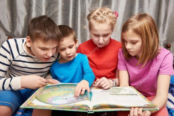 Дети сидят и читают книгу по географии — Стоковое фото ...