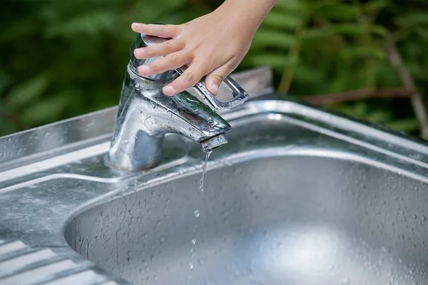 water faucet but water still leak