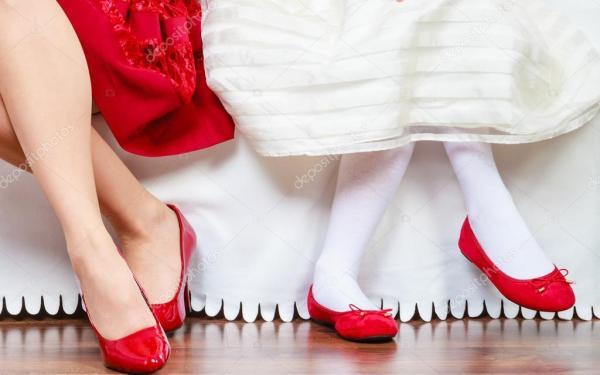 Ноги матери и дочери в красных туфлях — Стоковое фото ...
