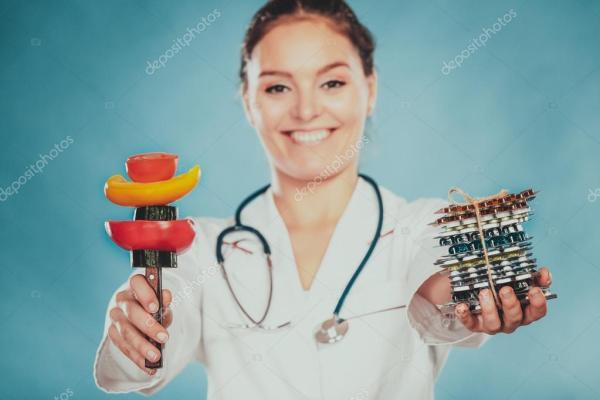Женщина с диета потеря веса таблетки и овощами. — Стоковое ...