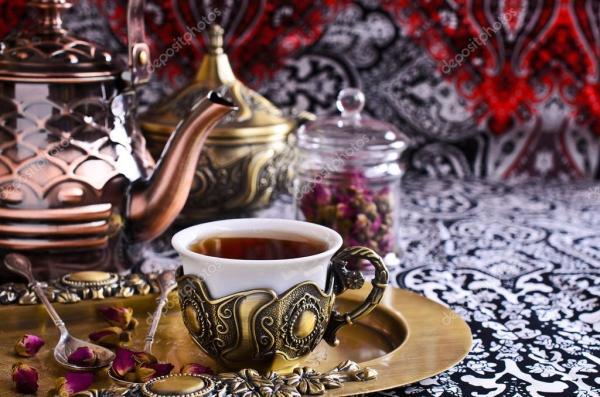 Чай розы в красивой чашке с восточными мотивами — Стоковое ...