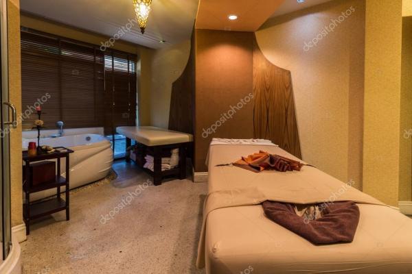 Массажный кабинет в спа-салоне — Стоковое фото ...