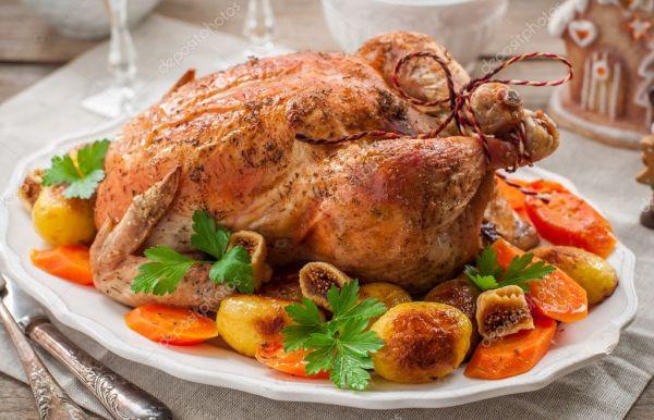 Рождественские фаршированная курица, подается с картофелем ...
