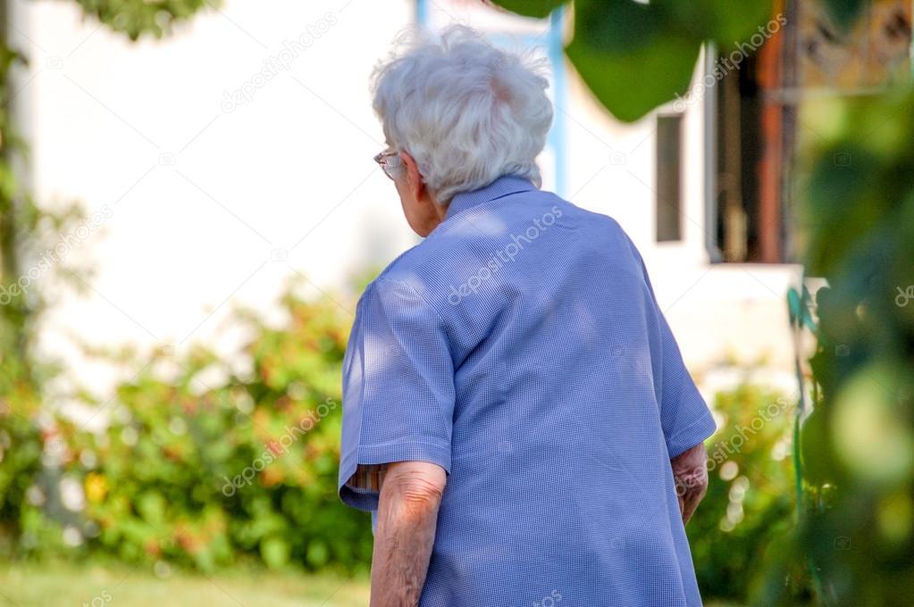 """Résultat de recherche d'images pour """"photos d'une vieille femme vue de dos"""""""