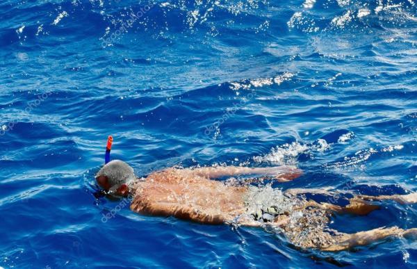 Человек плавает в Красном море и сноркелинг. Путешествия ...