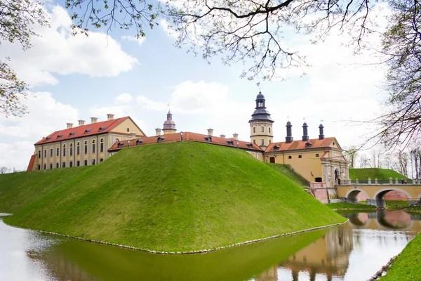 Старый Древний средневековый замок с шпили и башни стены