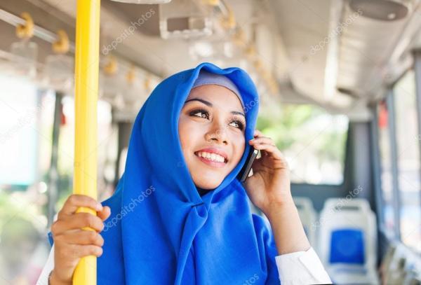 Женщина в автобусе говорить на мобильном телефоне ...