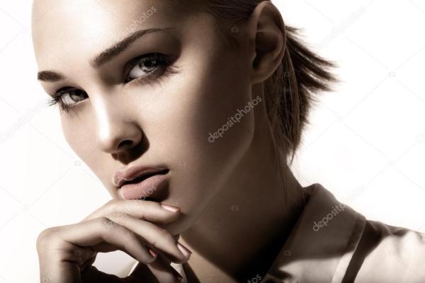 Фото с рукой у лица. Портрет красивой девушки с рукой у ...