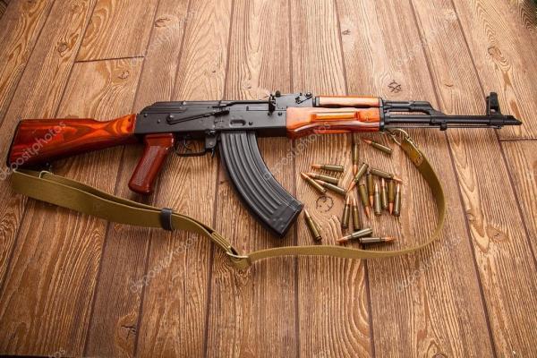 Автоматы Калашникова с боеприпасами — Стоковое фото ...