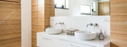 Moderne Badgestaltung, gebadet in Licht und frische ...