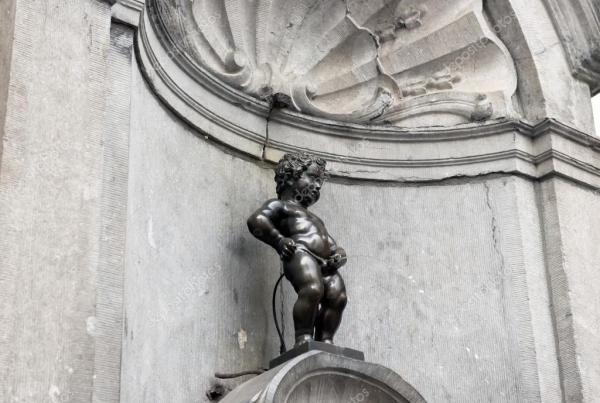 Брюссель, Бельгия - 6 июля: Статуя Писающий мальчик в ...