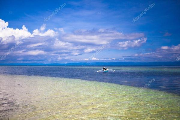 Красивый белый тропический пляж на необитаемом острове ...