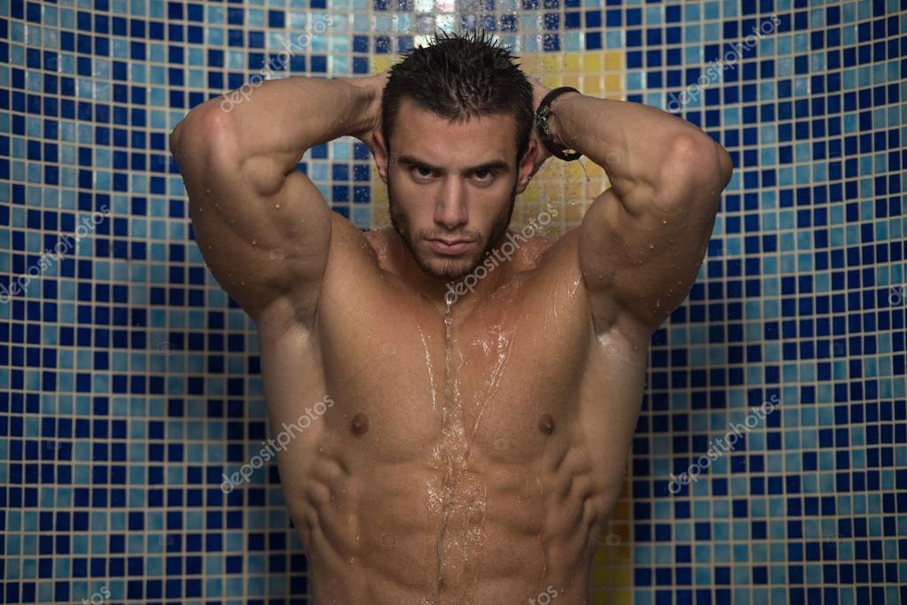 Bon Jeune Homme Prendre Douche Dans La Baignoire