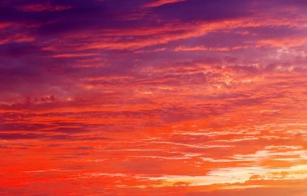 Красивий червоний захід сонця над італійський моря ...