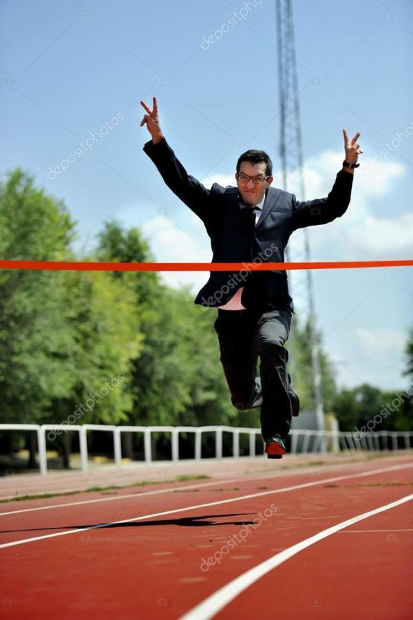 бизнесмен работает на спортивной трассе празднует победу в