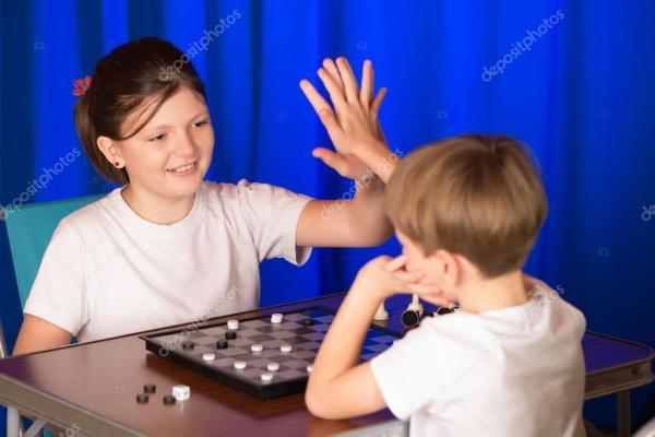 Картинки эндшпиля. Дети мальчик и девочка играет в ...