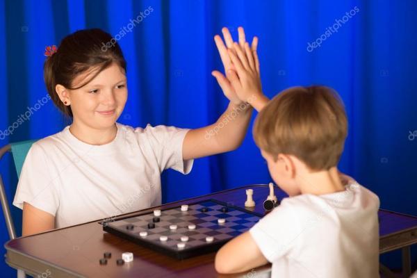 Картинки: эндшпиль. Дети мальчик и девочка играет в ...