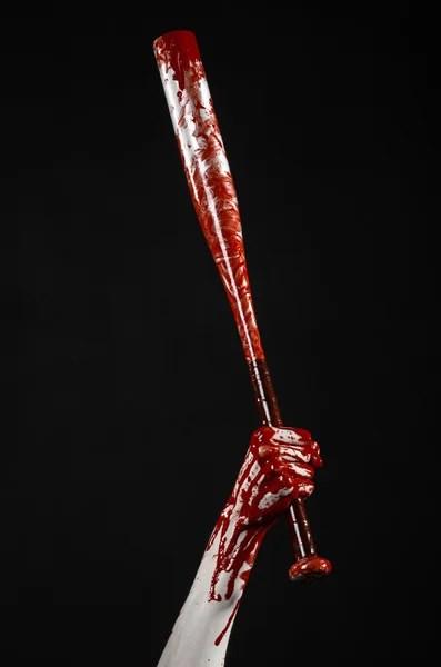 Человеческое сердце в руке с трубы красный кабель