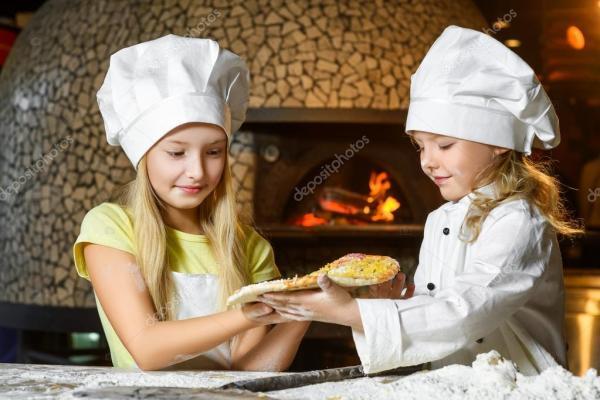 Девочка смешной счастливый шеф-повар, приготовление пищи ...
