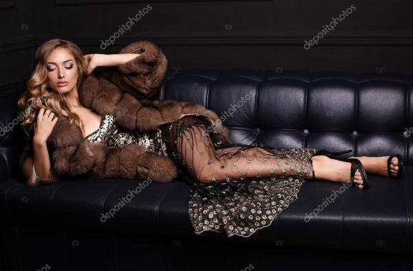 Великолепная Чувственный женщина со светлыми волосами в ...