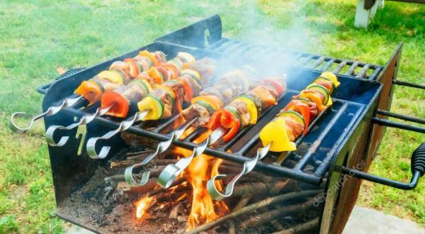 Мяса и овощей шашлык на мангале в природе — Стоковое фото ...