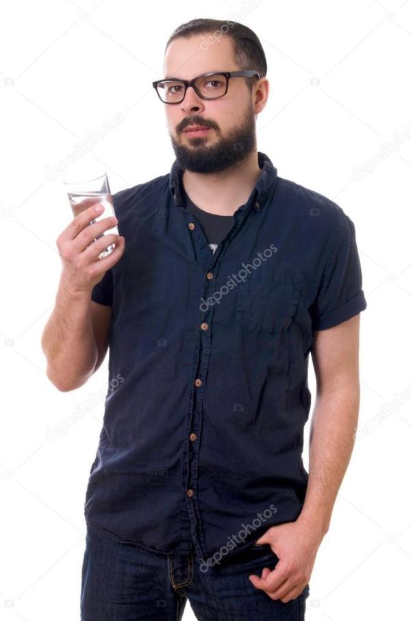 Молодой красивый парень с бородой и очками со стаканом ...