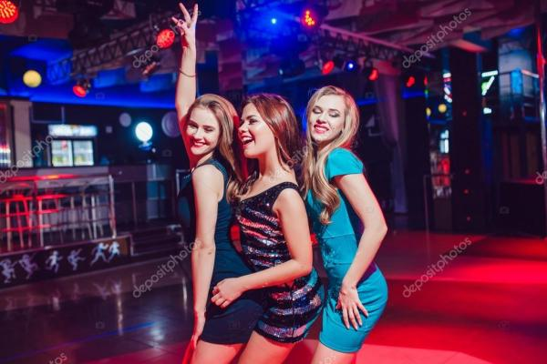 Танцы девушек в ночном клубе. Красивые девушки весело на ...