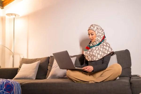 """""""#cool_girls_dpzz"""" pose per foto di ragazza, adolescente. Donna Musulmana Che Indossa Hijab Utilizzando Il Computer Portatile A Casa Consultare Vendita Stock Photo 236197978"""