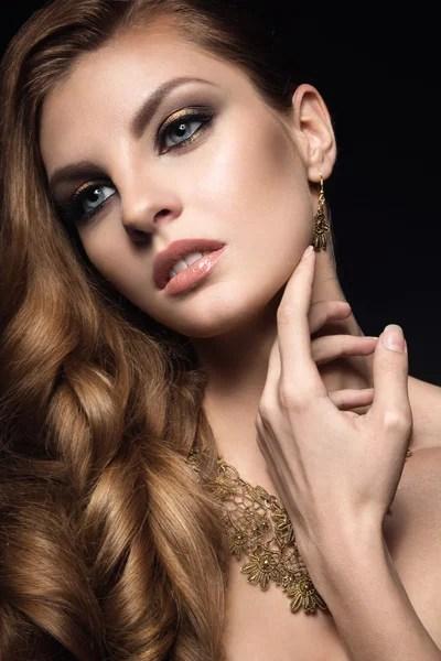 Красивая брюнетка женщина с идеальной кожей яркий макияж
