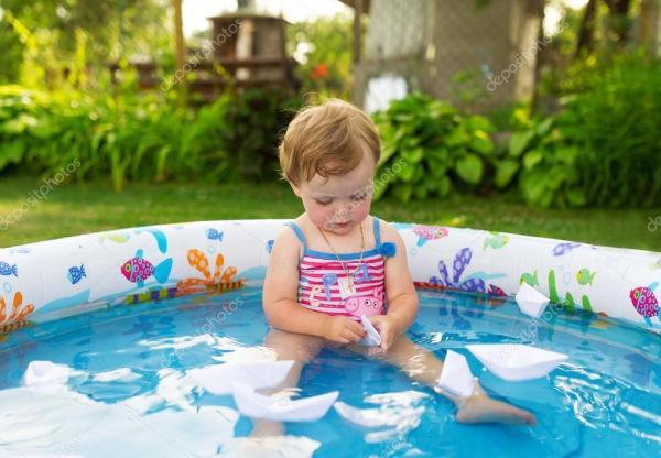 Маленькая девочка плавает в детский бассейн — Стоковое ...
