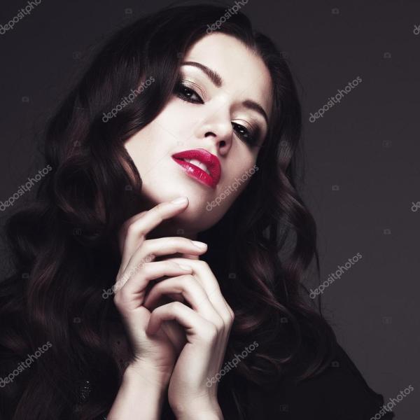 девушка в черном платье и красная помада — Стоковое фото ...