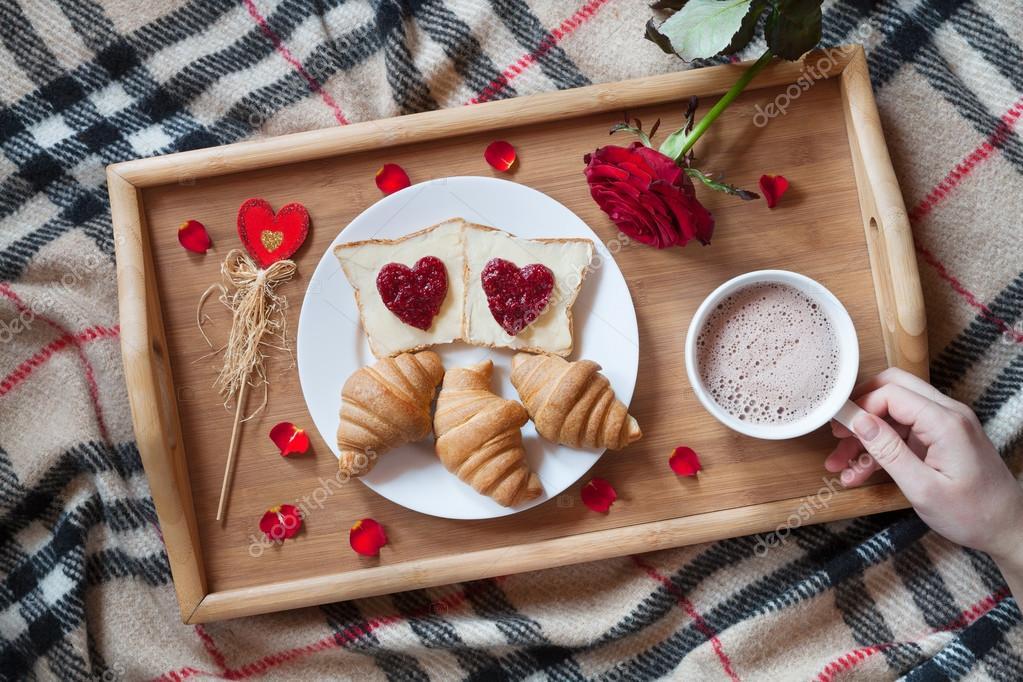 petit dejeuner romantique au lit avec fleur de rose et petales toasts confiture en forme de coeur croissants cafe sur plateau en bois 96405636