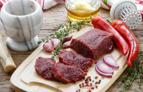Говядина. Свежего сырого мяса на резки Совет, оливковое ...