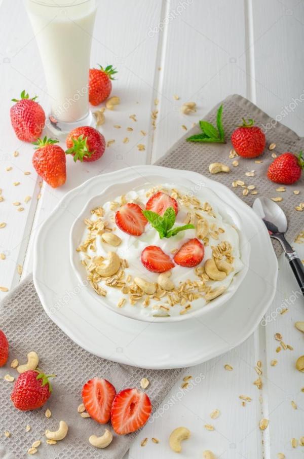 Домашнее йогурт с клубникой — Стоковое фото © Peteer #76725295