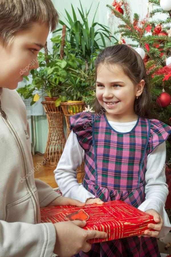 Семья, Обмен подарками перед рождественской елки ...