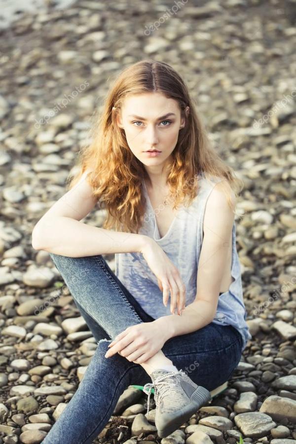 Красивая девушка на пляже галька — Стоковое фото ...