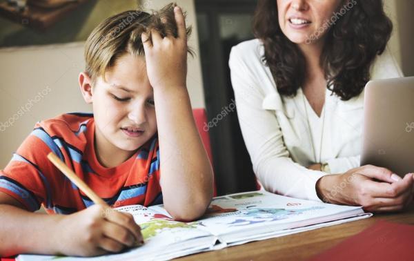 Мать с сыном, делать домашнее задание — Стоковое фото ...